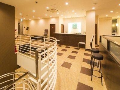 2階フロントとラウンジはやわらかい色彩の明るい雰囲気