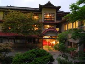 豊かな緑に囲まれた木造三階建「総けやき」造りの貴重な建築「日本温泉遺産を守る会」認定