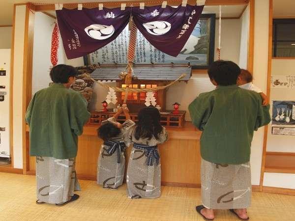 約600年前、手を怪我した白猿が、温泉で手を癒している姿を発見!この白猿を祭っている館内の神社