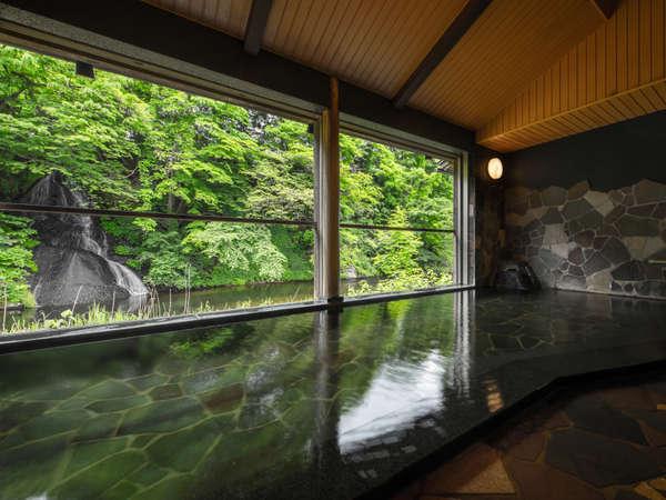 白糸の滝を目の前にした、展望半露天風呂「白糸の湯」