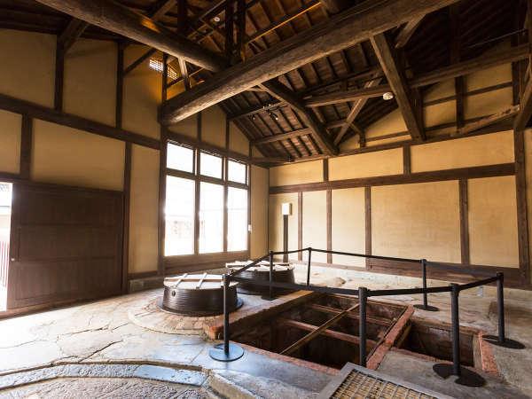 酒造り約400年の歴史をもつ酒造場をリノベート。カマドや井戸は当時の姿のまま残されています。