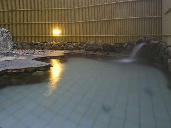 露天風呂(冷たい外気と温かいお湯が気持ちよく、何時間でも入っていたい気持ちに)