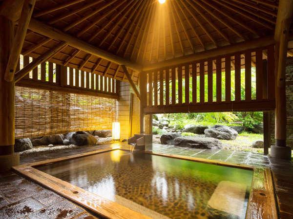 【露天風呂】重厚な木組みでできた檜造りの贅沢な湯殿。当日予約制の貸切風呂です。