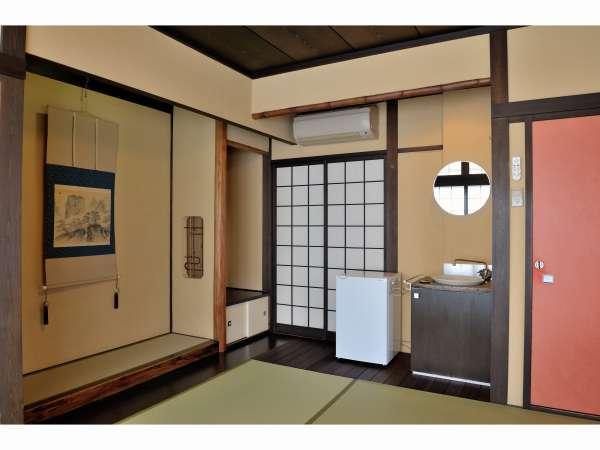 西陣:明るくルーミーな和室。大きな南側と東西南北の四方に窓があります。