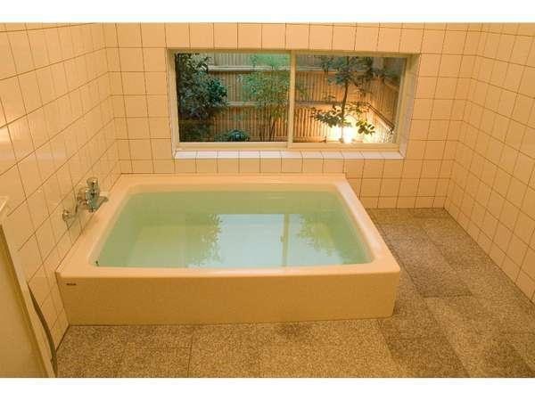 洋風風呂坪庭付きです。
