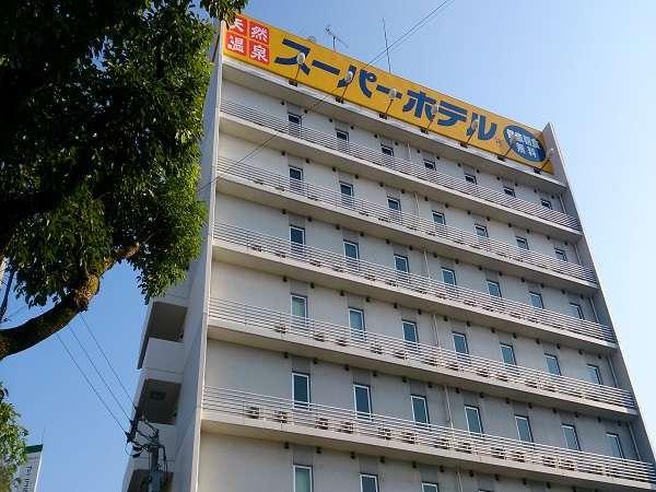 8階建てのホテルです。黄色い看板が目印