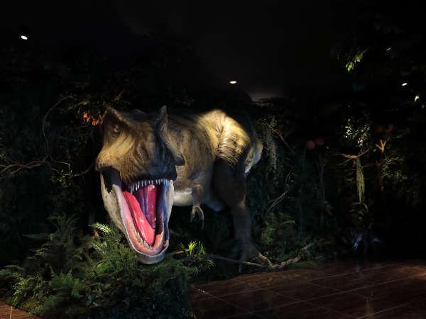 【ロビー】恐竜がお出迎えいたします♪