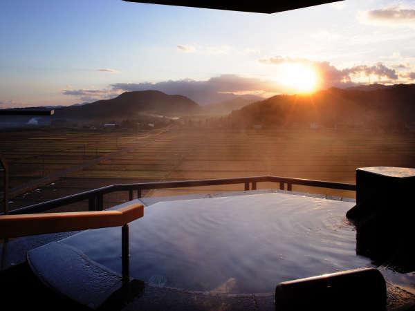客室露天風呂からの朝日