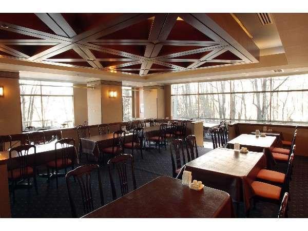レストラン『フォーシーズン』:合計110席の朝食会場。柔らかな日差しが爽やかなご朝食を演出します。