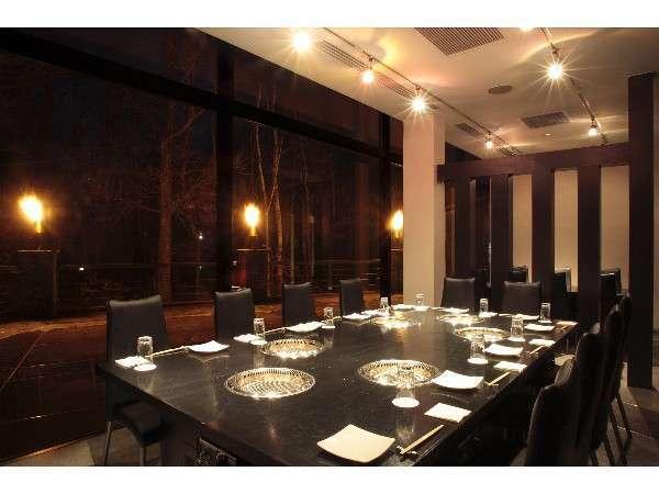 焼肉ダイニング『フォレスト』:合計72席の夕食会場。落着いた店内でゆっくりとお楽しみ下さい。