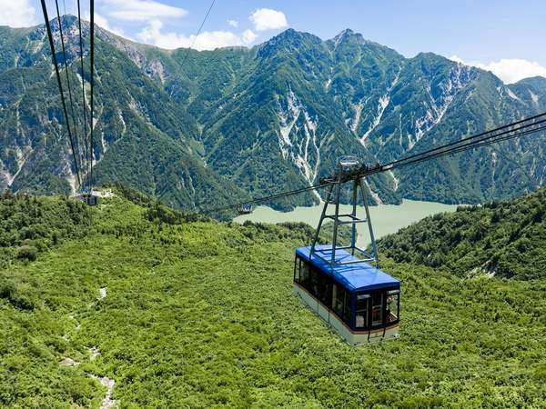 【立山黒部アルペンルート】黒部湖を見下ろす大観峰へ向かう立山ロープウェイ