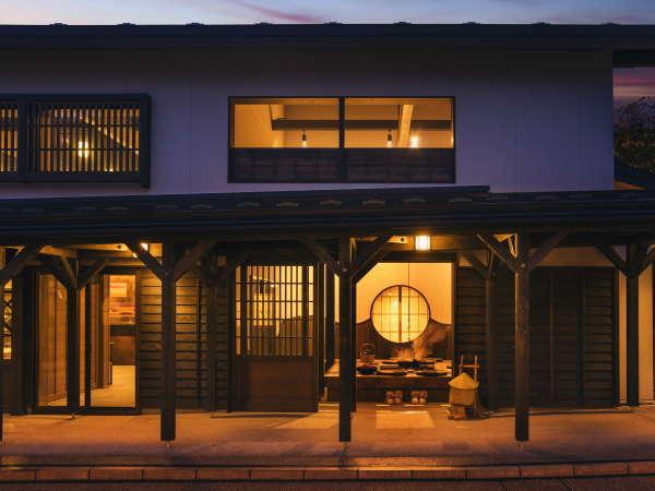 【囲炉裏】夕刻になると温かな囲炉裏の灯りが雁木の通りを照らします