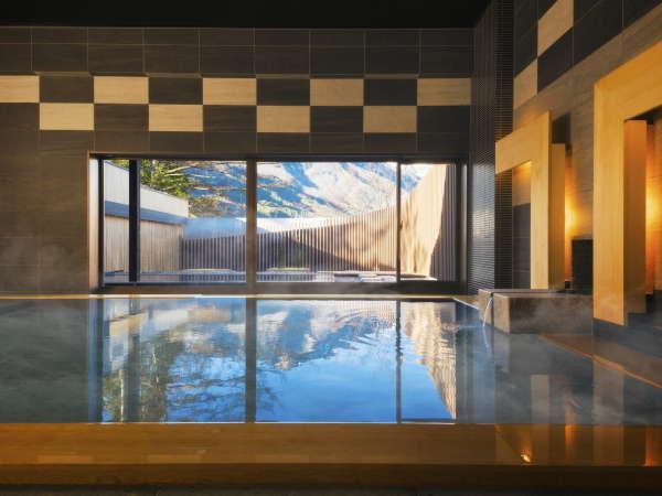 【大浴場】湯面にアルプスの山々が映る広々とした大浴場