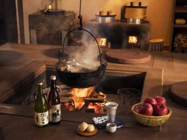 【囲炉裏】おやきやりんご、燗酒などを楽しめる憩いの場