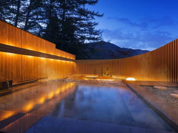 【露天風呂】四季折々の景色が楽しめるカラマツの森に囲まれた露天風呂
