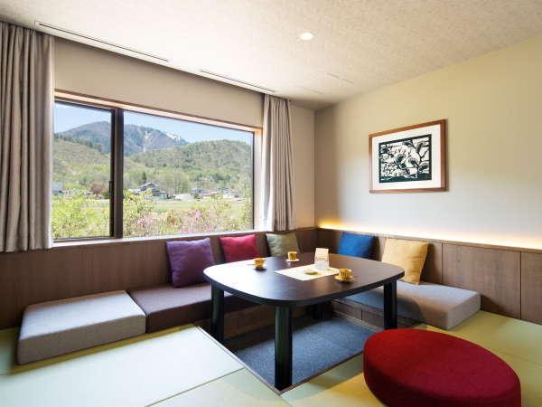【客室リビング】各お部屋には、広々としたリビングに、ゆったりとしたソファをしつらえています