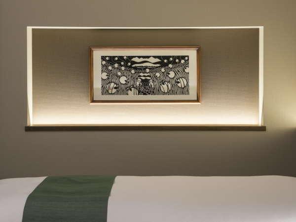 【きりえ】お部屋のアートフレームは地元きりえ作家・柳沢京子氏の作品。各お部屋でデザインが異なります。