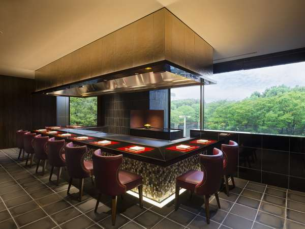 鉄板焼「鉄板焼グリル」:カウンター席からは新宿中央公園の豊かな自然を楽しめる