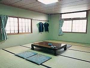 ゆったりした和室、窓から樅や唐松林が見えます。