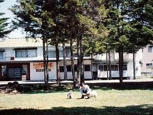 ヒュッテ正面の外観・ワンチャンと遊べる芝生