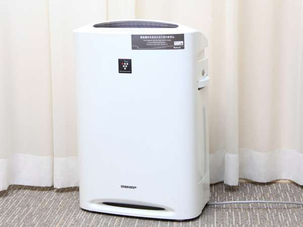 加湿機能付き空気清浄機は全室備え付けでございます。タンクに水を入れていただき、ご利用くださいませ。