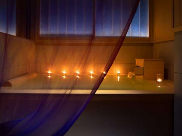 スタンダードルーム檜風呂全て檜で設えたお風呂は癒しと安らぎを提供致します。