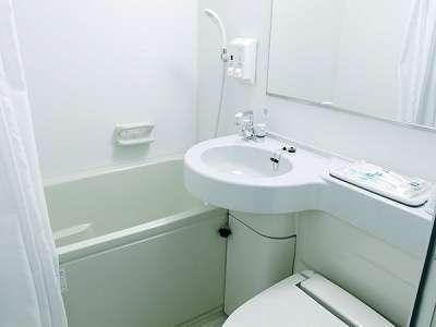 【バスルーム】コンパクトながらも白を基調とした機能的なユニットバスです♪