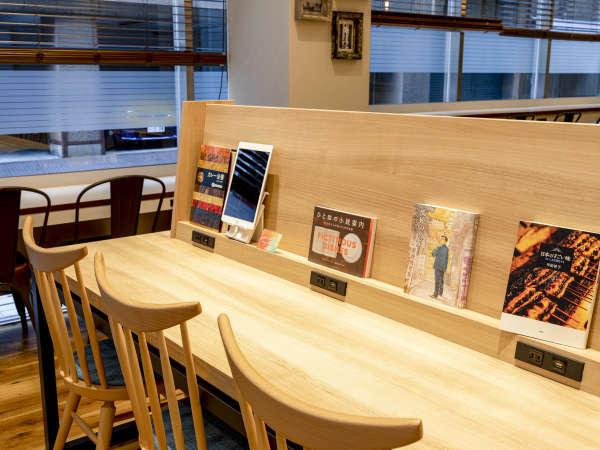 【ライブラリーカフェ】コンセントや無料Wi-Fiもご利用いただけます。お仕事にぜひご活用ください。