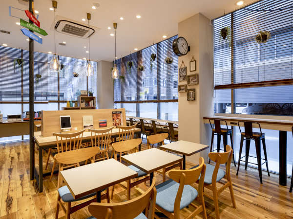 【ライブラリーカフェ】14時から24時まで、ご自由にご利用いただけます。