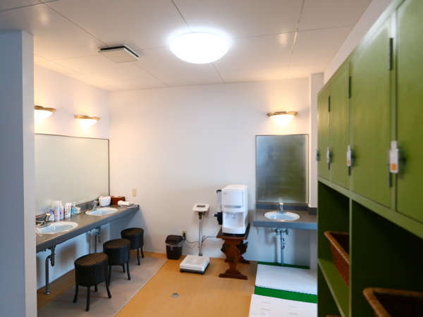 ◆大浴場更衣室◆広々と快適にお使いいただけます。