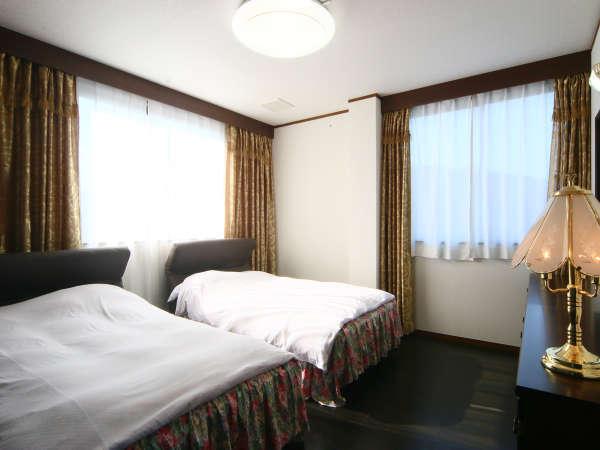 【VIPルーム】和室8畳+洋間+ツインベッドルームのお部屋。