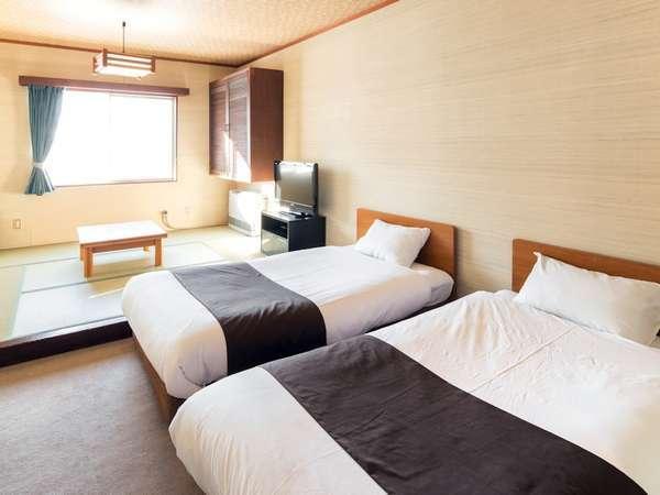 【客室】ゆったり寛げる和洋室のお部屋です。新緑・紅葉、雪景色…それぞれの景色をお部屋から楽しめます。