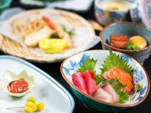 【お料理】ご夕食一例:山の食材はもちろん、海も近いのでお魚も新鮮で美味しいものが揃っています。