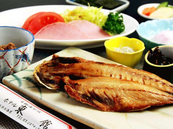 朝食は、手作りの干物を中心とした、海辺の和朝食です。