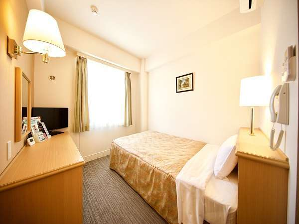 【シングルルーム】広さ:12.25㎡ セミダブルベッドサイズのベッドです