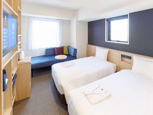 ソファベッドのあるスタンダードツインルーム。18平米ある一番人気のお部屋で3名利用も可能。