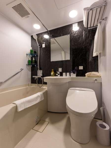 白と黒を基調とした、清潔感あるバスルーム