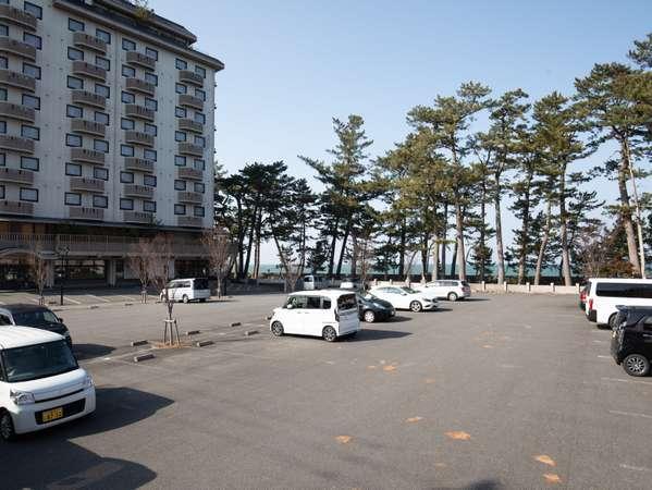 駐車場:約80台の無料平面大型駐車場