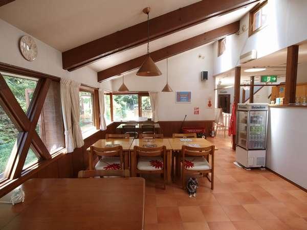 食堂。窓から見える緑の景色の中に、リスが遊びに来ることも。