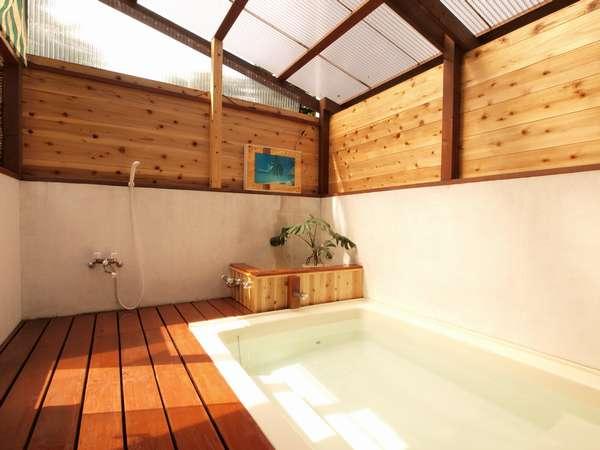 半露天風呂。足をのばしてゆったりとおくつろぎください。ワンちゃん用ケージ置場もあります。