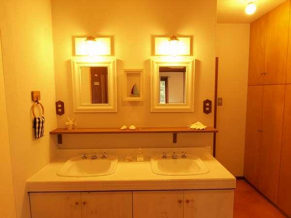 お部屋の目の前に洗面所・シャワートイレと家族風呂が。バス・トイレがないお部屋でも安心。