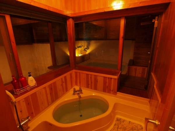 貸切家族風呂。外の半露天風呂は大人でも3人は入れる広さ。だから家族でゆったりご利用いただけます。