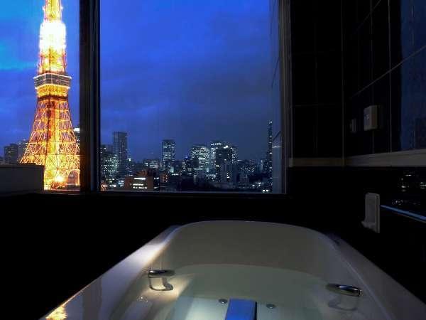 1フロアに1室しかないバスルームからも東京タワーを望むお部屋