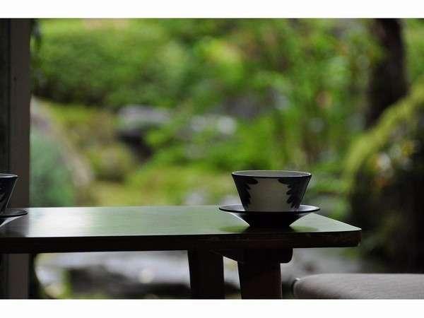 和室からの眺めは当館の苔庭~ごゆっくりおくつろぎを~