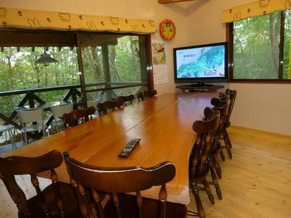 大人数で囲める特大の天然ケヤキテーブル