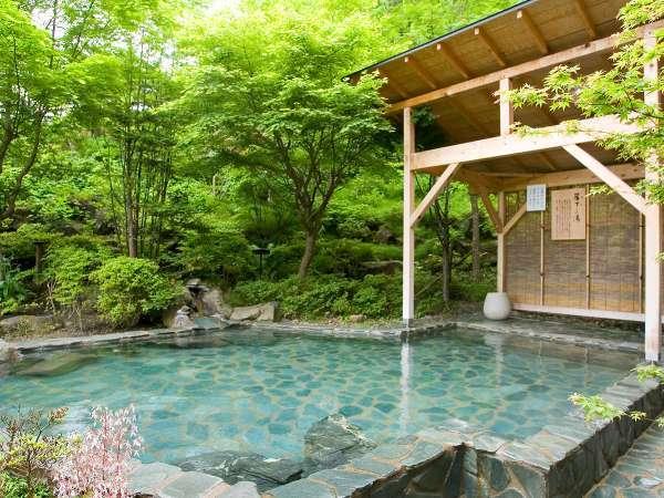 【露天 簾下りの湯】男性専用露天風呂 ※新緑の季節