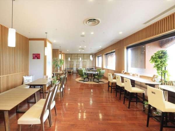 【cafe】岩手山と御所湖を望み、四季のうつろいを感じながらゆったりとお寛ぎいただけます。