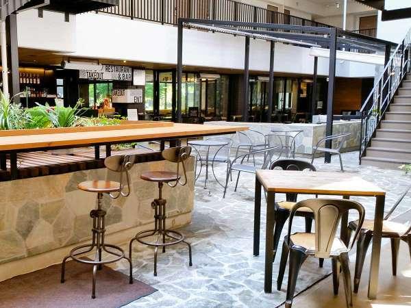 【North Patio】オープンエアーで開放感溢れる空間。テーブル&チェアーを随所に配置しています。
