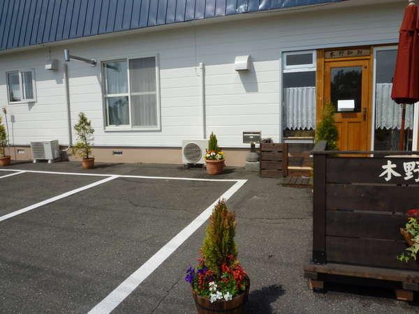 右側がカフェ左側が宿泊施設です。