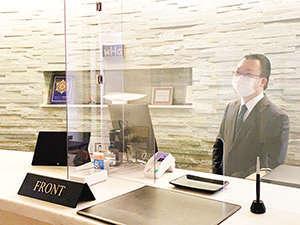 フロントカウンターには飛沫感染防止用アクリルボードを設置しております。
